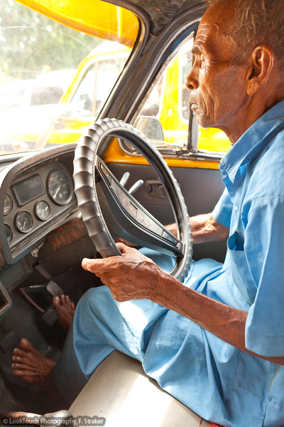 Taxi driver break<br /> In the demanding Kolkata traffic even a short stop at a red light is used to relax a bit. Go with the flow ist the traffic motto. The rules seem flexible and traffic is heavy but usually efficient and serious accidents are rare.