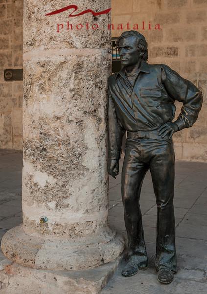 Antonio Gades, coriógrafo español, famoso por su coriografia para obras como Bodas de Sangre de Garcia Lorca. La estatua es de tamaño natural.  Trabajo mucho en el Teatro Garcia Lorca en la Habana, cuando lleghe a Cuba lo acavaban de cerrar para hacer reparaciones.