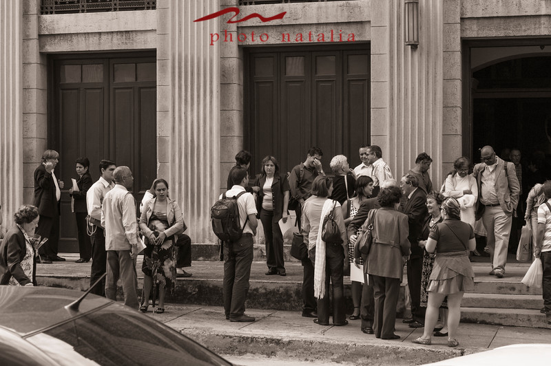 A group of academics gathering after an honor ceremony in literature in front of the Aula Magna in la Universidad de la Habana.