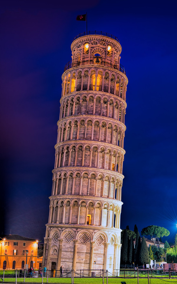 The leaning tower of Pisa at blue hour.