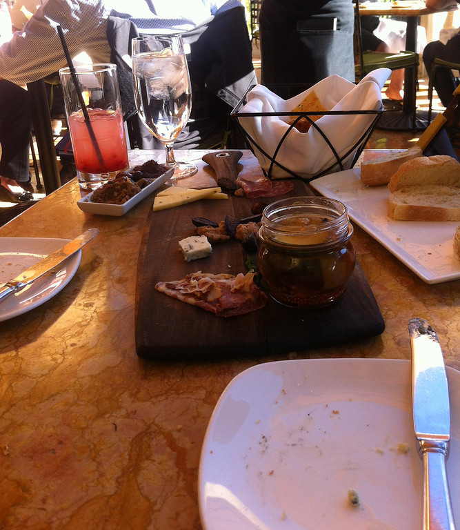 Roughing it at Olives (Bellagio)<br><i>photo:  Steve Barber</i>