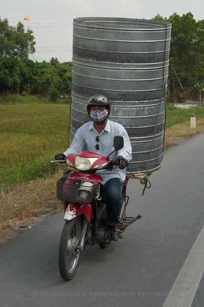 On the road, between Ha Long Bay and Hanoi<br /> TK3_2079