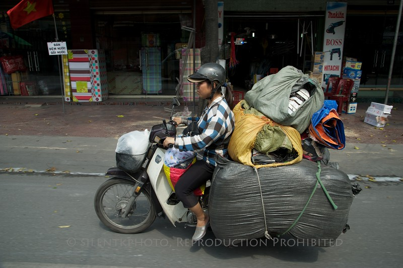 On the road, between Ha Long Bay and Hanoi<br /> TK3_2086