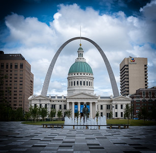 Old Courthouse framed by the Gateway Arch