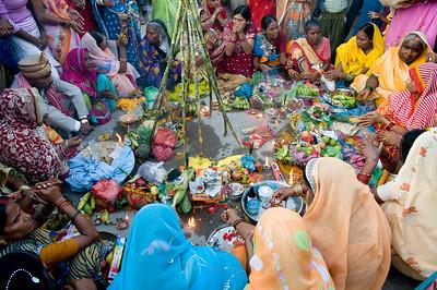 9997_In Varanasi was er een jaarlijks terugkerend feest waarbij de moeders hun zonen vereren. Prachtig om te zien.