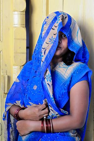 NIK1989: Een mooie jonge vrouw, verborgen achter haar sari. De verlegen onschuld van India?
