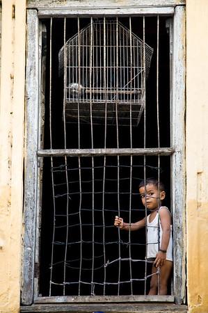 NIK0444: Gevangen in eigen huis in een smal straatje in het mystieke Varanasi (India).