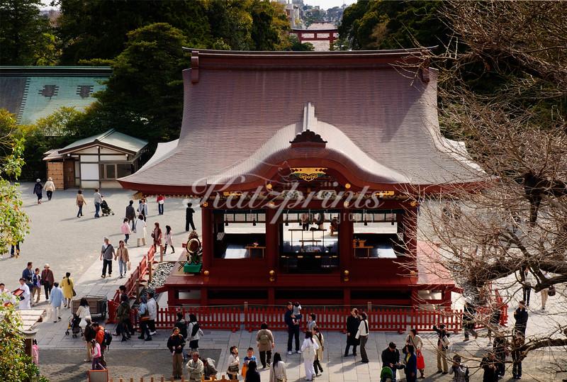 View from the Tsurugaoka Hachiman-gū senior shrine down to the Wakamiya Ōji with the torii-flanked dankazura in the background