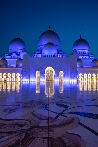 ABU DHABI. SHEIKH ZAYED GRAND MOSQUE. BLUE HOUR.