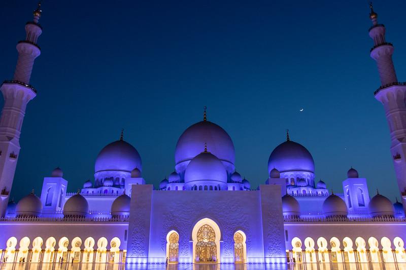 ABU DHABI. SHEIKH ZAYED GRAND MOSQUE. BLUE HOUR.