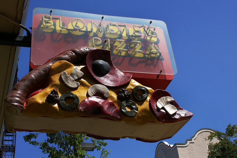 BLONDE'S PIZZA NEON SIGN. SAN FRANCISCO. CALIFORNIA.