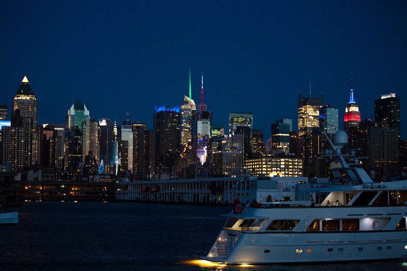 NEW YORK CITY. MANHATTAN SEEN FROM THE HUDSON RIVER AT NIGHT.