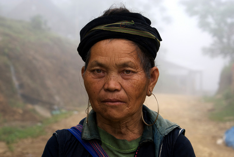 SAPA. TAVAN VILLAGE. PORTRAIT OF AN OLD H'MONG LADY.