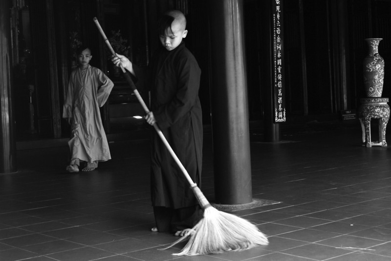 HUE. LINH MU. THIEN MU PAGODA. NOVICES CLEANING. VIETNAM.