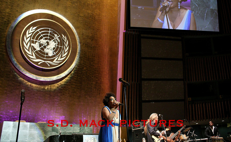 NEW YORK - MARCH 17:  Singer Macy Gray performs on stage at the MDG Awards global launch event at the United Nations building on March 17, 2009 in New York City.  (Photo by Steve Mack/S.D. Mack Pictures) *** Local Caption *** Macy Gray