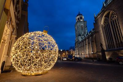 Lichtobject 'Christmas Ball' aan het Grote Kerkhof