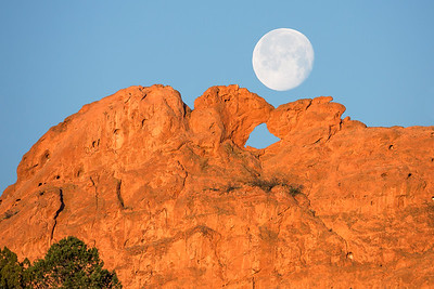 Garden of the Gods Kissing Camel's Moonset