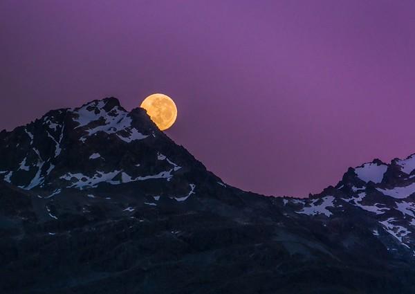 Moonset in Queenstown