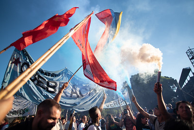 Flags, banners and smoke fill the Buenos Aires air outside the USA Embassy during a protest on February 5, 2019. | Colin Boyle/Infobae