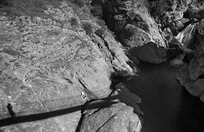 Pendiendo en las rocas