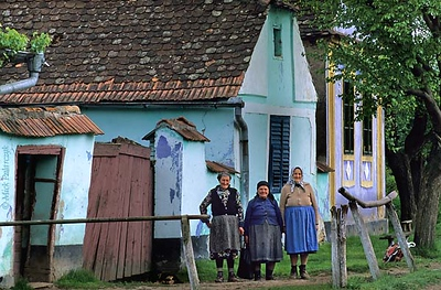 [ROMANIA.TRANSYLVA 24.168] 'Old friends.' Ioan Comsa and her friends belong to the last inhabitants of Zlagna, a village south of Biertan and one of many that are depopulating rapidly in this region. Photo Mick Palarczyk.
