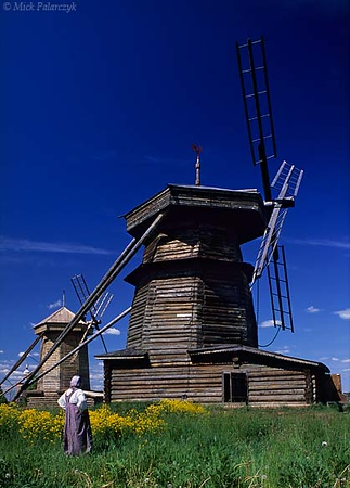 [RUSSIA.GOLDENRING 26.011] 'Corn mills.'  	Suzdal's Museum of Wooden Architecture boasts two 19th century corn mills from Drachevo village. Photo Mick Palarczyk.