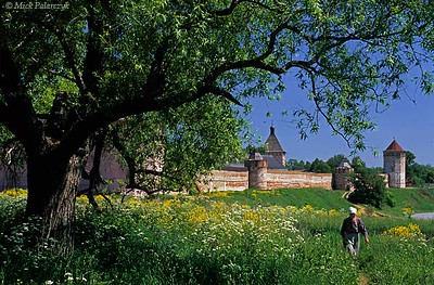 [RUSSIA.GOLDENRING 25.940] 'Monastic wall.'  On the bank of the Kamenka River Suzdal's Spaso-Yevfimiev Monastery is protected by 17th century walls. Above it rises the big square southern entrance tower. The monastery houses several museums of religious art. Photo Mick Palarczyk.