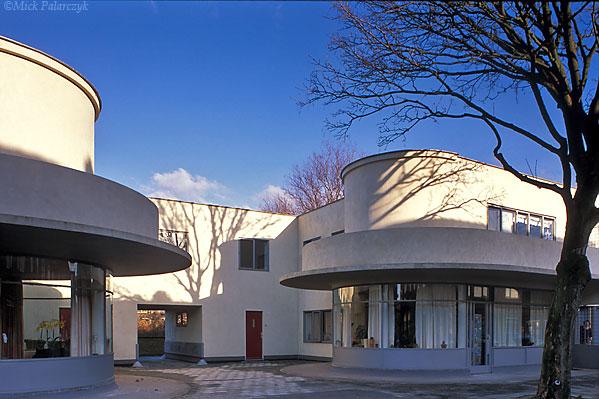 [HOEK VAN HOLLAND 00.5066] Hoek van Holland housing (1926) in 2de Scheepvaartstraat by architect Jan Oud. Photo Mick Palarczyk.