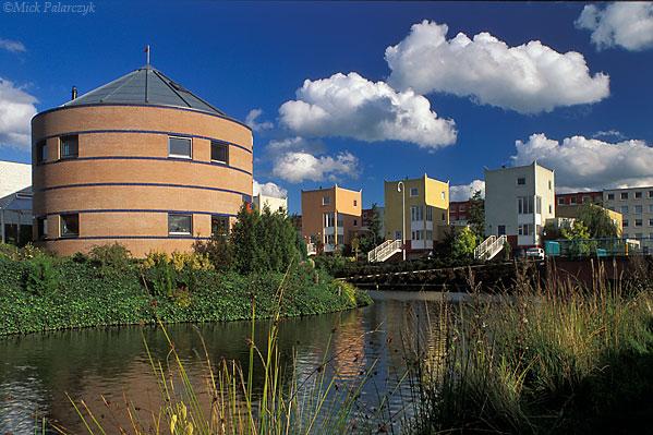 [AMERSFOORT 5982]  Amersfoort, Kattenbroek  (1990-95). Housing by architects E. Chlimintzas (right) and Jan Poolen (left). Photo Mick Palarczyk.