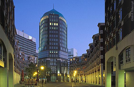 [DEN HAAG 20.967]  Den Haag: housing above shops in De Resident (2001), designed by Krier & Kohl Architekten. De central Muzentoren is an office tower. Photo Mick Palarczyk.