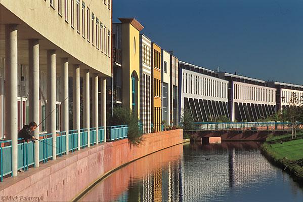 [AMERSFOORT 5843]  Amersfoort, housing in Kattenbroek (1990-95). Het Masker by architects E. Chlimintzas (left), R. de Ruiter (centre) and J. de Graaf (right). Photo Mick Palarczyk.