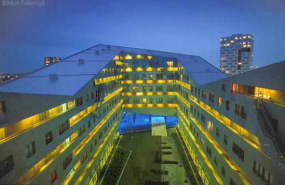 [AMSTERDAM 20.030]  Amsterdam,eastern docklands: housing 'De Sfinx' (2001). Architect: Frits van Dongen. Photo Mick Palarczyk.