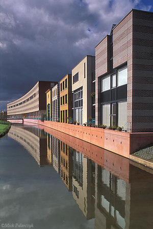 [AMERSFOORT 5847]  Amersfoort, housing in Kattenbroek (1990-95). Het Masker by architects E. Chlimintzas (left) and R. de Ruiter (right). Photo Mick Palarczyk.