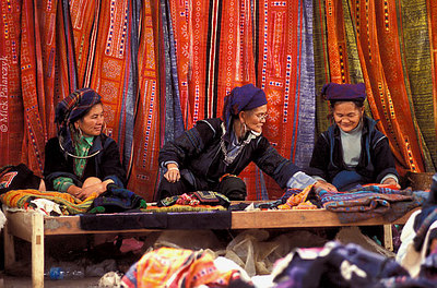 [VIETNAM.NORTH 21.437] 'Black H'mong in sewing atelier.' Black H'mong women selling embroidered cloth in the sewing atelier on the market of Sapa. Photo Mick Palarczyk