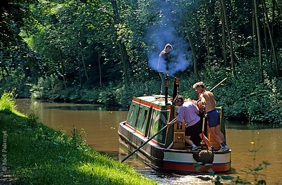 [BRITAIN.WALES 22.332] 'Run aground.'	 On the Llangollen Canal north of Chirk boaters can run into 'navigational problems'. Freeing your narrow boat from the muddy canal bed can be an exhausting task. Photo Mick Palarczyk.