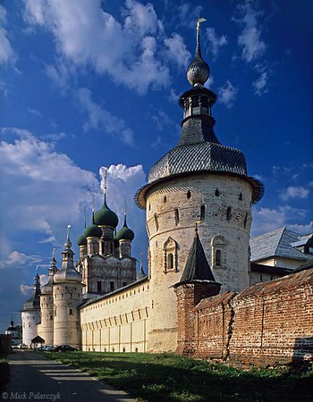 [RUSSIA.GOLDENRING 26.141]<br /> 'West wall of Rostov's kremlin.'<br /> <br /> 	The western wall of Rostov-Veliky's kremlin displays an impressive ensemble of domes and towers. From right to left: a wall-tower, the Gate-Church of St. John with two gate-towers just in front of it and finally another wall-tower. Photo Mick Palarczyk.
