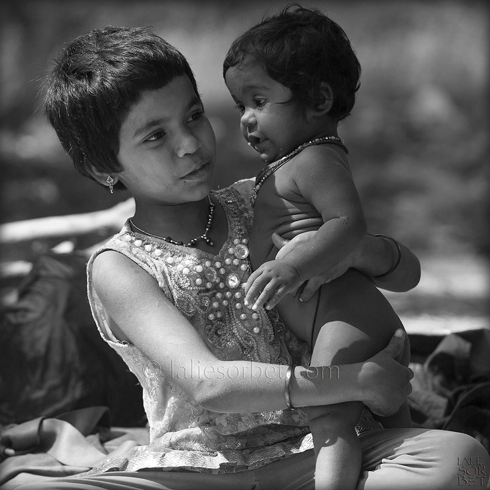 Gypsies children during the Indian festival Pongal.<br /> Pongal is a harvest festival celebrated by Tamil people at the end of the harvest season.<br /> Enfants gypsies lors du festival indien Pongal.<br /> Pongal est le festival des moissons célébré dans le Tamil Nadu à la fin des récoltes.