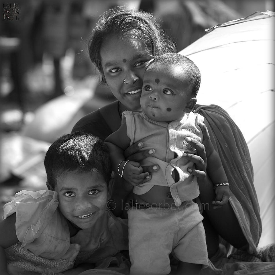 Family during the Indian festival Pongal.<br /> Pongal is a harvest festival celebrated by Tamil people at the end of the harvest season.<br /> Une famille lors du festival indien Pongal.<br /> Pongal est le festival des moissons célébré dans le Tamil Nadu à la fin des récoltes.