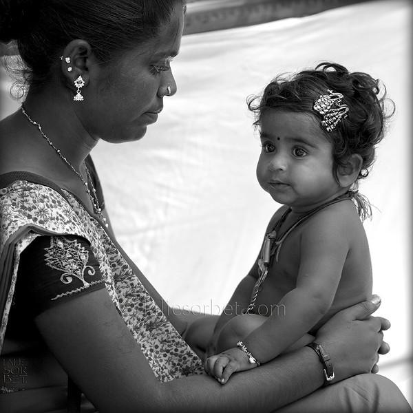 Gypsies mother and child during the Indian festival Pongal.<br /> Pongal is a harvest festival celebrated by Tamil people at the end of the harvest season.<br /> Mère et enfant gypsies lors du festival indien Pongal.<br /> Pongal est le festival des moissons célébré dans le Tamil Nadu à la fin des récoltes.