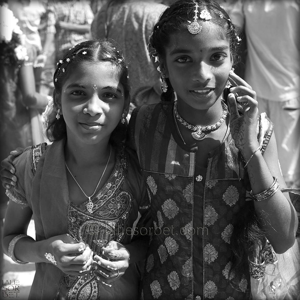 Friends at the indian festival of Pongal, celebrated in Tamil Nadu at the end of the harvest season.<br /> Amies lors du festival indian de Pongal, célébré dans le Tamil Nadu lors de la fin des récolte.