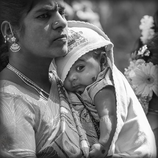 Mother and child at the indian festival of Pongal, celebrated in Tamil Nadu at the end of the harvest season.<br /> Une mère et son enfant lors du festival indian de Pongal, célébré dans le Tamil Nadu lors de la fin des récolte.