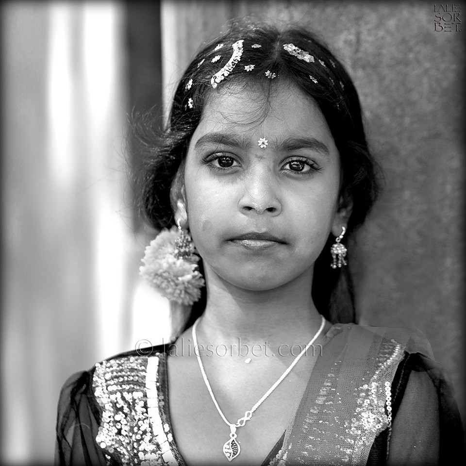 Girl in her best outfit at the indian festival of Pongal, celebrated in Tamil Nadu at the end of the harvest season.<br /> Jeune fille dans sa plus belle tenue lors du festival indian de Pongal, célébré dans le Tamil Nadu lors de la fin des récolte.