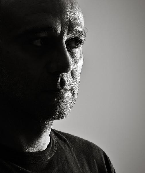 """Pianiste intuitif et chanteur singulier au talent pluriel, Chris Tapor est également auteur, compositeur et comédien.<br /> Reconnaissable à sa célèbre écharpe blanche, c'est un personnage haut en couleurs qui vous transporte du rire à l'émotion, en passant par la dérision et la mélancolie.<br /> Originaire de Paris, il vit dans la région Rhône-Alpes depuis 2010.<br />  Capable de jouer et chanter tant de choses seulement armé d'un piano et d'un micro, il est connu et reconnu dans les pianos-bars et restaurants, entre autres, de la région.<br /> Grand nostalgique au cœur tendre, il sait toucher là où ça fait du bien: le cœur, justement !<br /> Il a grande habitude des soirées cocktails, évènementielles, apéritifs dinatoires, mariages et réceptions en tout genre, ayant écumé nombres d'hôtels, salons et soirées privées.<br /> D'un style musical très atypique, il reprend, entre autres, des standards de la variété française (Nougaro, Lama, Aznavour, Brel, ...) qu'il remet à sa sauce. Il adapte aussi à sa personnalité les classiques de la variété internationale.<br /> Armé d'un humour à rire entre les mots, et d'une inconditionnelle générosité pour son public, qui l'aime ou  le redoute, vous ne resterez jamais indifférent !<br /> Au hasard d'un """"bœuf"""" improvisé ici ou là, il a accompagné pour le plaisir des artistes tels que Zaz, Gérald Dahan, Anne-Laure Girbal (Le Roi-Soleil), Claude Nougaro..."""