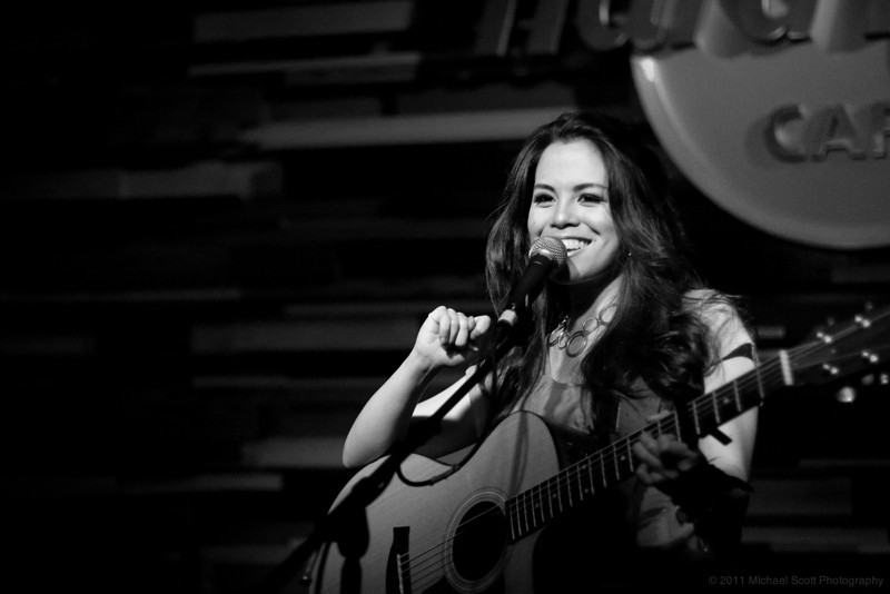Monique-delos-Santos-Hard-Rock-Cafe-Seattle-2011-07-27-014-9907
