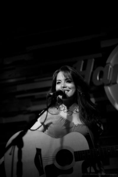 Monique-delos-Santos-Hard-Rock-Cafe-Seattle-2011-07-27-002-9671