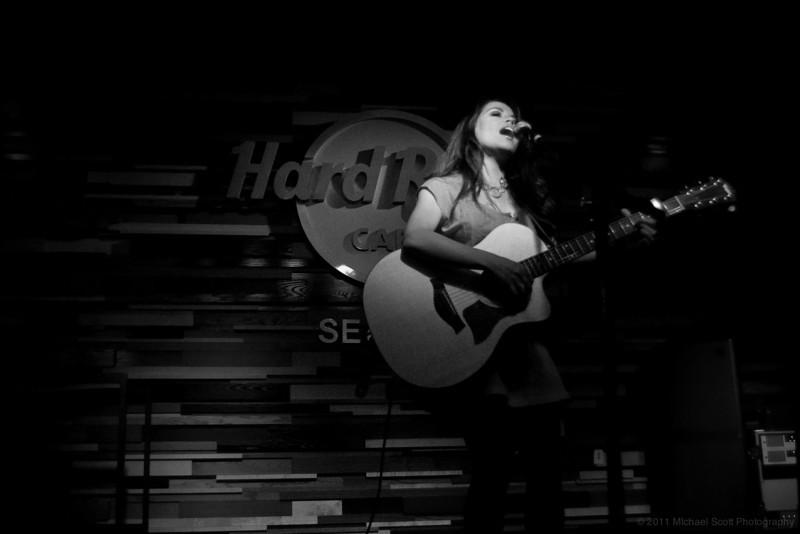 Monique-delos-Santos-Hard-Rock-Cafe-Seattle-2011-07-27-006-9697