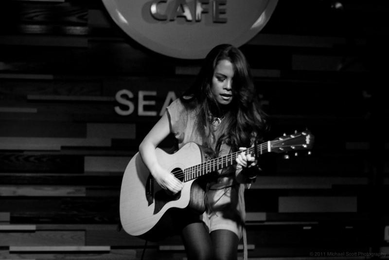 Monique-delos-Santos-Hard-Rock-Cafe-Seattle-2011-07-27-009-9760