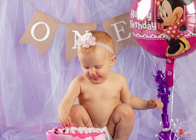 20180505-Rosalie1stBirthday-CakeSmash-12wm