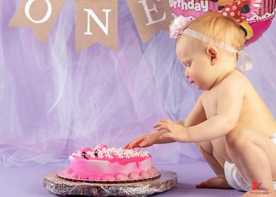 20180505-Rosalie1stBirthday-CakeSmash-13wm