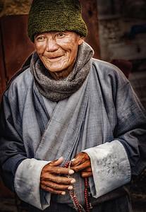 2017-01-17_Bhutan_Thimphu_Chorten_Pilgrim-mix